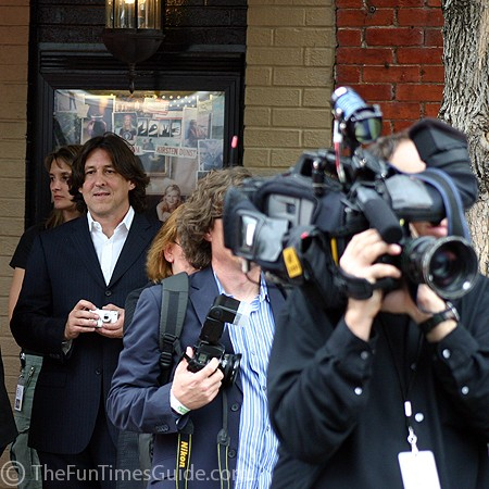 Cameron Crowe with many TV cameras.