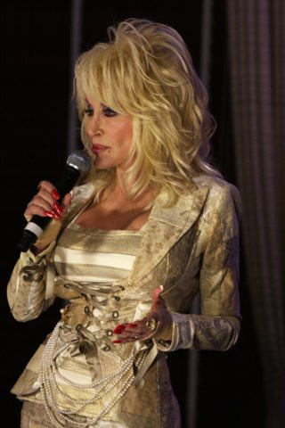 Dolly Parton gives free books to all children