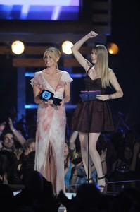 faith-hill-taylor-swift-2010-cmt-awards.jpg