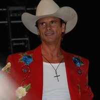 Lorenzo Lamas: This Hollywood Hunk Has Gone Country!