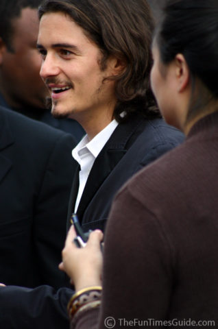 Orlando Bloom talking with his fans.
