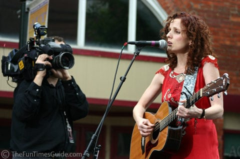Patty Griffin singing her song from the 'Elizabethtown' movie premiere at Franklin Cinema.
